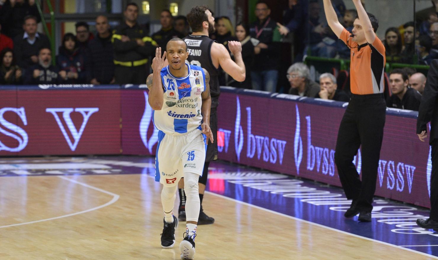 La Dinamo va sotto nel primo tempo, 25 a 38 per la Virtus Bologna, poi si ritrova e si scatena con un secondo tempo da incorniciare: 82 a 74.